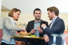 För affärsfolk för lunch för beröm företags begrepp tillsammans royaltyfri foto