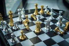 För affärskonkurrens för hög styrka strid för schack som når gå arkivbild