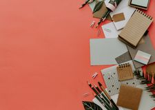 För affärskontor för lägenhet lekmanna- begrepp för utbildning Sortiment av tillförsel arkivfoto