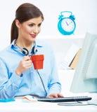 För affärskvinna för tid begrepp ut, röd kaffekopp Bryt arbetet Royaltyfri Bild