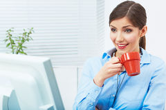 För affärskvinna för tid begrepp ut, röd kaffekopp Bryt arbetet Royaltyfria Bilder