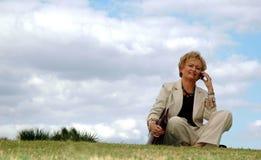 för affärskvinna pensionär utomhus royaltyfria foton