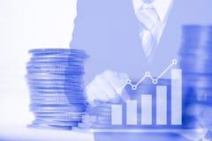 För affärsmanbruk för dubbel exponering minnestavla med den finansiella grafen och royaltyfri fotografi