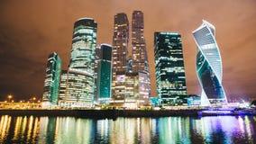 För affärsmitt för skyskrapor internationell stad på natttimelapse, Moskva, Ryssland arkivfilmer