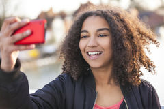 För afrikansk amerikanflicka för blandat lopp som tonåring tar Selfie Royaltyfri Fotografi