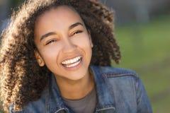 För afrikansk amerikanflicka för blandat lopp tonåring med perfekta tänder royaltyfri fotografi