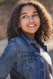 För afrikansk amerikanflicka för blandat lopp tonåring med perfekta tänder royaltyfria bilder