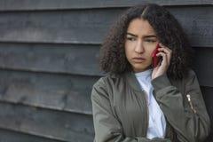 För afrikansk amerikanflicka för blandat lopp tonåring på mobiltelefonen Royaltyfria Bilder