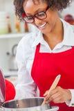 För afrikansk amerikankvinna för blandat lopp kök för matlagning arkivfoton
