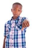 För afrikansk amerikanpojkedanande för tummar svarta människor ner - royaltyfria foton