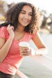 För afrikansk amerikantonåring för blandat lopp som kvinna dricker kaffe Royaltyfri Fotografi