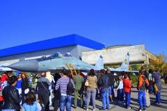 För airshowflygfält för Mig 29 åskådare Arkivfoto