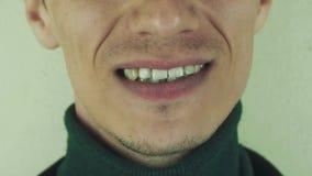 För allsångsång för man eftertryckligt högt främst kamera mun tänder borstet stock video