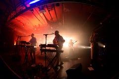 För andafegis för djungeln utför den indie musikbandet i konsert på Razzmatazzklubban arkivbilder