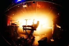 För andafegis för djungeln utför den indie musikbandet i konsert på Razzmatazzklubban arkivfoto