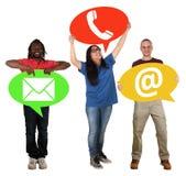 För anförandebubblor för grupp människor hållande telefon för kontakt för kommunikation Arkivfoto