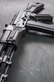 För anfallgevär för AK74M Kalashnikov modellen för airsoft 04/08/2017 Ryssland, staden av Cheboksary Arkivfoto