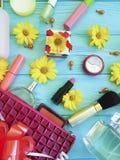 För anleteöverenskommelse för kosmetisk påse dekorativa skönhetsmedel för kosmetolog för mode på trä Fotografering för Bildbyråer