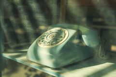 för anslutningskugghjul för begrepp 3d mekanism Gammal grön telefon på tabellen med strålljus Arkivbilder