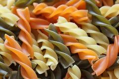 för anstrykningmat för bakgrund white för pasta för färgrik fusilli italiensk Royaltyfria Bilder