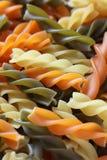 för anstrykningmat för bakgrund white för pasta för färgrik fusilli italiensk Arkivbilder