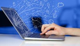 För anteckningsbokbärbar dator för man trängande dator med sym för klottersymbolsmoln Arkivbild