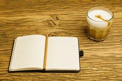 För anteckningsbokplan för begrepp tomt kaffe Arkivbild