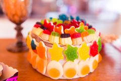 För apelsin, röda och gula Jelly Sweets Birthday Cake för gräsplan, royaltyfri fotografi