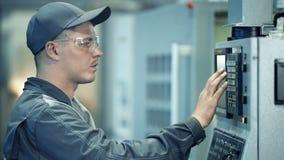 För arbetarfungerande kontrollbord för industriell tekniker system på tillverkningväxten stock video