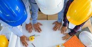 För arkitekthänder för bästa sikt arbeta Arkivfoton