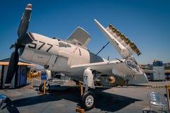 För attackstötta för A-1 Skyraider för Uss för nivå ombord museum halvvägs hangarfartyg på dagen för San Diego Harbor California  Royaltyfri Foto