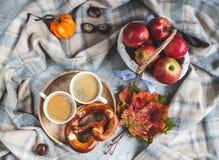 För Autumn Time Bakery Pretzel Toned för kaffe för tekopp filt för halsduk för handarbete foto arkivfoto