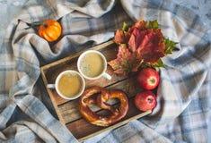 För Autumn Time Bakery Pretzel Toned för kaffe för tekopp filt för halsduk för handarbete foto arkivbild