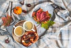 För Autumn Time Bakery Pretzel Toned för kaffe för tekopp filt för halsduk för handarbete foto fotografering för bildbyråer