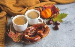 För Autumn Time Bakery Pretzel Toned för kaffe för tekopp filt för halsduk för handarbete foto royaltyfria bilder