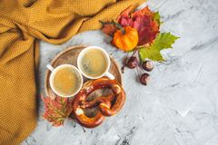 För Autumn Time Bakery Pretzel Toned för kaffe för tekopp filt för halsduk för handarbete foto arkivfoton