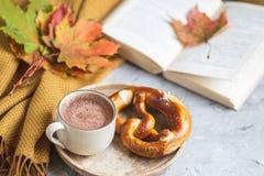 För Autumn Time Bakery Pretzel Toned för kaffe för varm choklad för tekopp filt för halsduk för handarbete foto arkivbilder