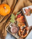 För Autumn Time Bakery Pretzel Toned för kaffe för varm choklad för tekopp filt för halsduk för handarbete foto royaltyfri fotografi