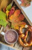 För Autumn Time Bakery Pretzel Toned för kaffe för varm choklad för tekopp filt för halsduk för handarbete foto arkivbild