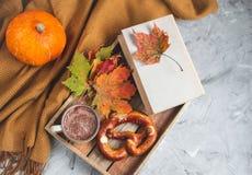 För Autumn Time Bakery Pretzel Toned för kaffe för varm choklad för tekopp filt för halsduk för handarbete foto arkivfoton