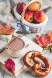 För Autumn Time Bakery Pretzel Toned för kaffe för varm choklad för tekopp filt för halsduk för handarbete foto arkivfoto