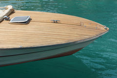 För av en motorbåt i en hamn Royaltyfri Bild