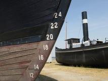 För av ett antikt skepp och en ångare i hamnen av Antwerp fotografering för bildbyråer