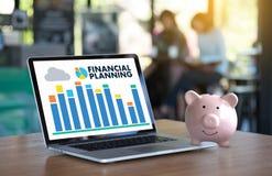 för avgångplanläggning för finansiell planläggning kvinna och man på retireme Arkivfoton