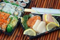 För avhämtning sushi och Sashimi Arkivfoto