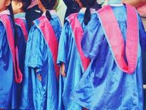 För avläggande av examenklänning för förskole- unge bärande slut upp royaltyfri fotografi