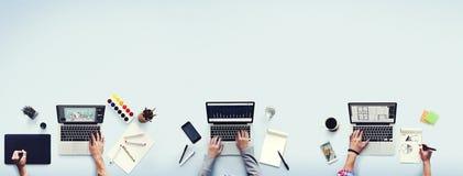 För bärbar datorkontor för kollegor upptaget funktionsdugligt begrepp Royaltyfri Foto