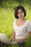för bärbar datorkvinna för dator latinamerikansk working Royaltyfria Foton