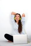 för bärbar datorkvinna för hörlurar lyckligt barn Royaltyfri Bild