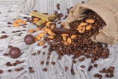 för bönachoklader för mandelar blandat kaffe royaltyfri bild